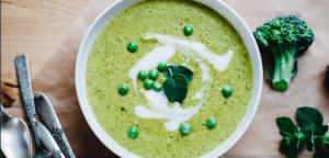 Detox juha z brokolijem, špinačo, ječmenovo travo in ingverjem